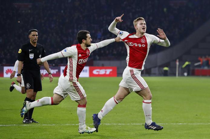 Matthijs de Ligt juicht na zijn goal tegen Heracles Almelo.