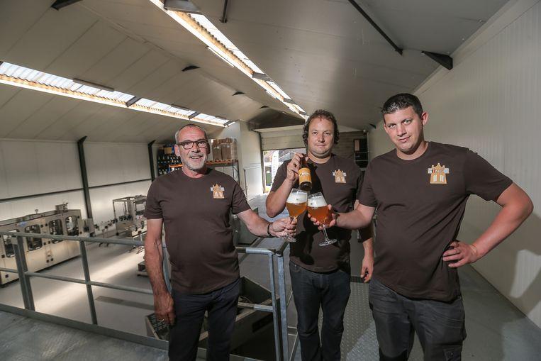 Jan Jacobs, Davy Daniëls en Bert Housen met het Tungri-bier.
