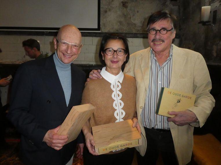 De topchefs Constant Fonk en Lai Sin Zei met Esther Halvemaan, de weduwe van John Halvemaan. Beeld Hans van der Beek