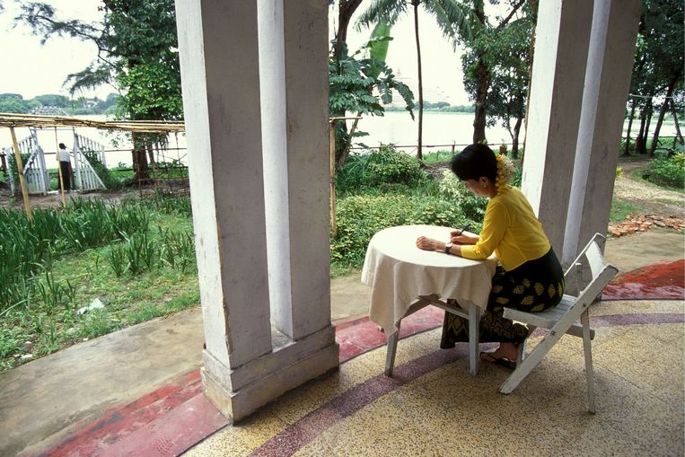 Aung San Suu Kyi in 2001 tijdens haar huisarrest. Beeld LOVINY CHRISTOPHE/GAMMA/Hollandse Hoogte