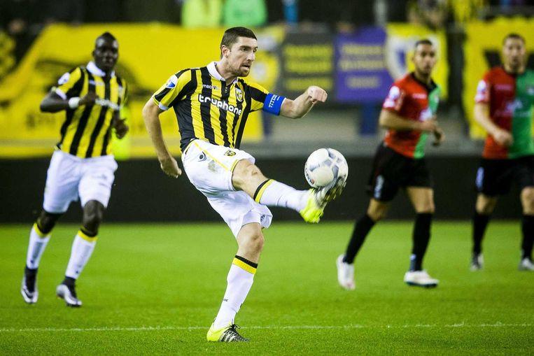Arnold Kruiswijk trapt de bal. Beeld anp