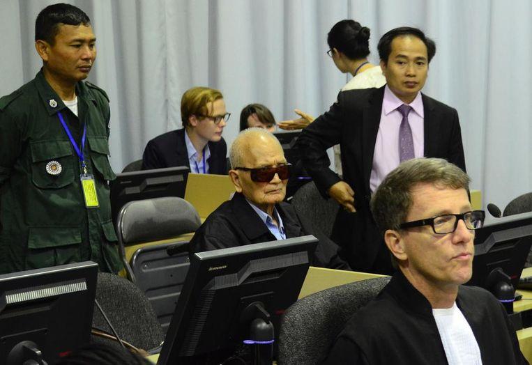 CAMBODJA - Victor Koppe (vooraan) en Nuon Chea (met zonnebril) in de rechtszaal van het Rode Khmer-tribunaal. Beeld ECCC