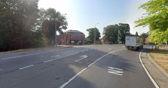 Het kruispunt van de Brusselsesteenweg met de Elewijtsesteenweg in Eppegem wordt binnenkort compacter gemaakt.