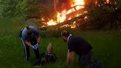 Man redt bestuurder uit brandend autowrak