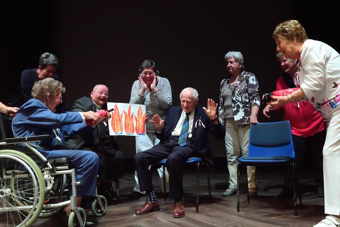 Voorstelling door ouderen in De Kring, scene met bewoners van De Champetter toen een van de werkstukken van het project Tijd van je Leven in brand vloog.