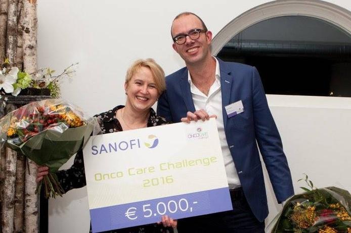 Medewerkers van de afdeling oncologie van het Deventer ziekenhuis met de cheque die ze ontvingen.