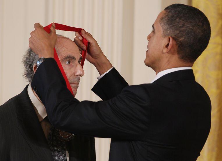 Philip Roth ontvangt de National Humanities Award 2010 van toenmalig president Barack Obama Beeld AFP