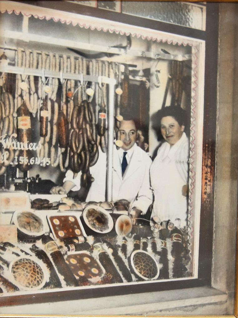 Emile Wauters aan de etalage van zijn slagerij in 1946.
