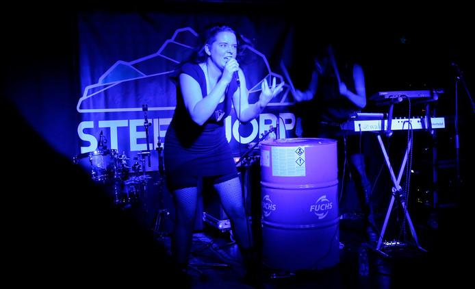 Optreden van Designer Violence tijdens eerste voorronde van Steenworp in de Chillsoos in Westdorpe.