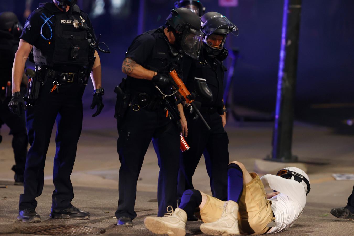 Agenten in Denver houden een man in bedwang nadat de politie optrad tijdens een betoging tegen de dood van George Floyd.