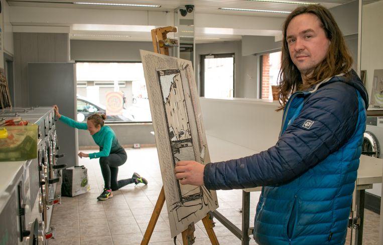 Tom Clement aan het werk in het wassalon in de Elisabethwijk. Op de achtergrond steekt Mia uit Tennessee (VS) de was in.