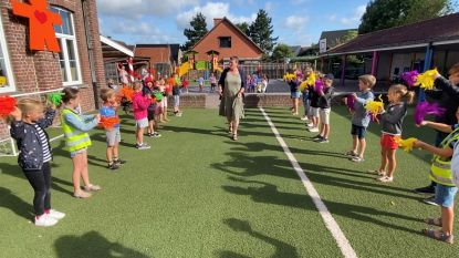 """Basisschool De Wijzer neemt afscheid van juf Karlien en meester Bart: Samen met kinderen de wereld mogen verkennen, is een geschenk"""""""