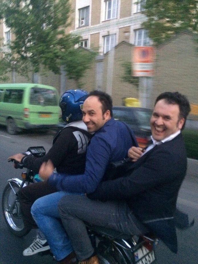 Pejman (midden) en Peyman op de motor in Iran, op weg naar de bazaar om dan zelf maar een kraam te bouwen.