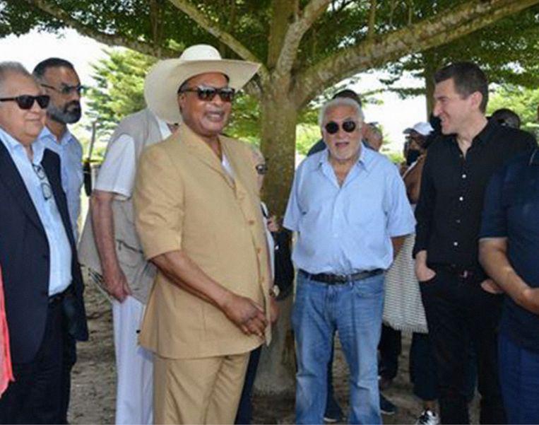 Dominique Strauss-Kahn heeft nog nooit zoveel geld verdiend als nu.' (Foto: links van DSK president Denis Sassou-Nguesso van Congo-Brazzaville en rechts Matthieu Pigasse.) Beeld