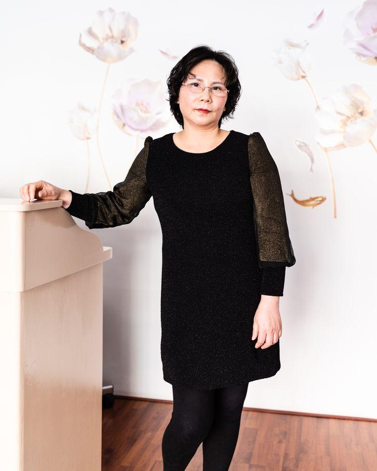 Mevrouw Zhao, eigenaresse van de schoonheidssalon Silent.  Beeld Katja Poelwijk