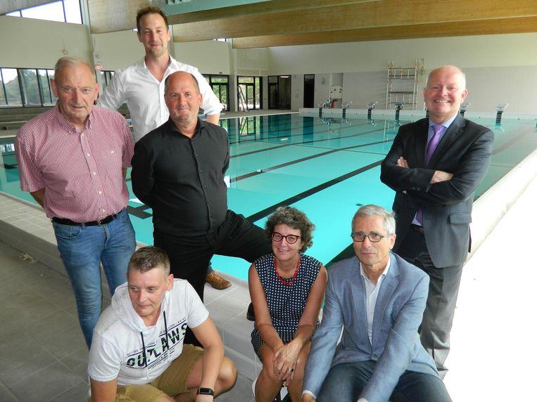 Het schepencollege en de zwemfamilie Verbauwen bezochten de werf van het zwembad.