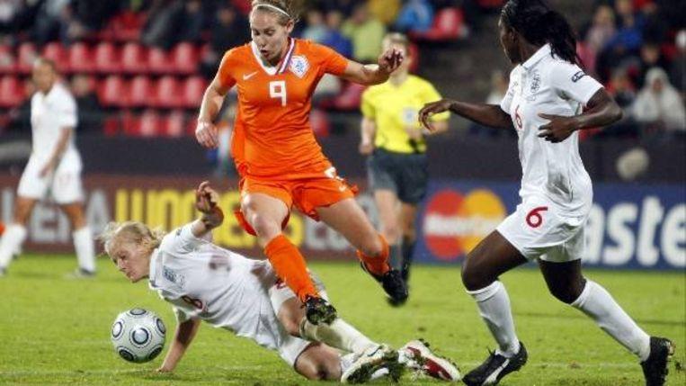 De Nederlandse Manon Melis springt over de Engelse Katie Chapman tijdens de halve finale EK vrouwenvoetbal 2009 in Tampere, Finland ((AP Photo/Matthias Schrader) ) Beeld