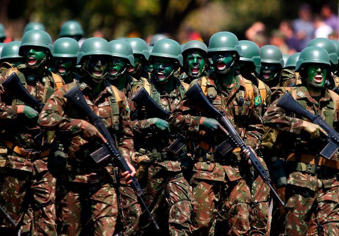 Braziliaanse militairen marcheren ter gelegenheid van de Dag van de Soldaat.