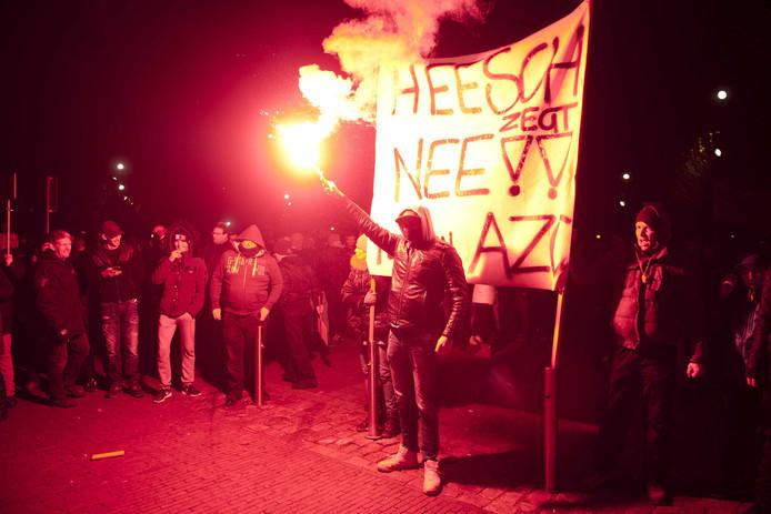 Demonstranten in Heesch protesteren tegen de komst van een asielzoekerscentrum.