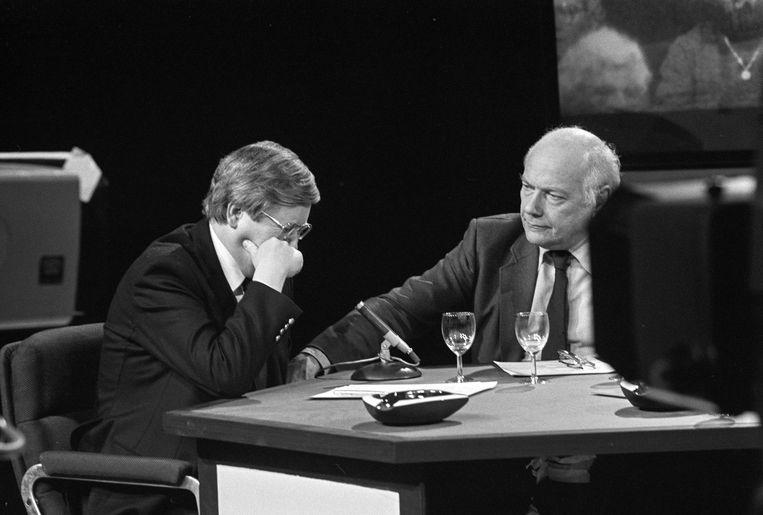 Hans Wiegel, fractieleider en lijsttrekker van de VVD, barst in 1981 in huilen uit tijdens een live-programma. Hij had kort tevoren zijn vrouw Pien verloren bij een autoongeluk en kreeg een vraag over weduwnaarspensioenen. PvdA-fractieleider en lijsttrekker Joop Den Uyl probeert hem te troosten. Beeld Bert Verhoeff