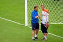 Keeperstrainer Frans Hoek instrueert Jasper Cillessen.