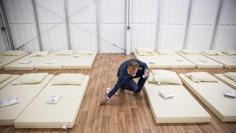 Medewerkers van het aanmeldcentrum in Ter Apel richtten vandaag een barak in ter uitbreiding voor de eerste opvangen van asielzoekers Beeld anp