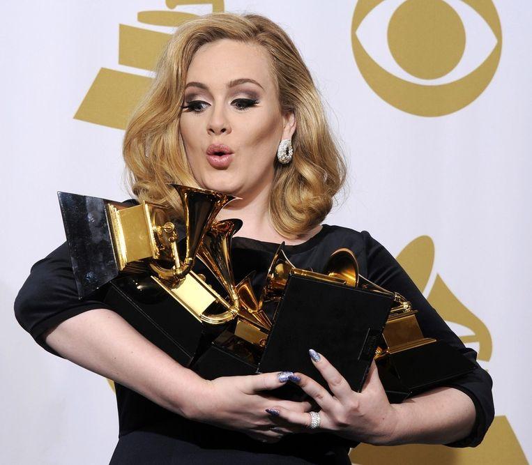 Adele met de zes Grammy Awards die ze in februari in de wacht sleepte. Beeld epa