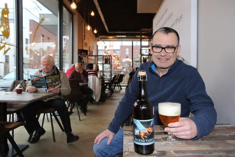 Brouwer Peter Van der Borght degusteert het nieuwe bier 'Vliegend Varken'.