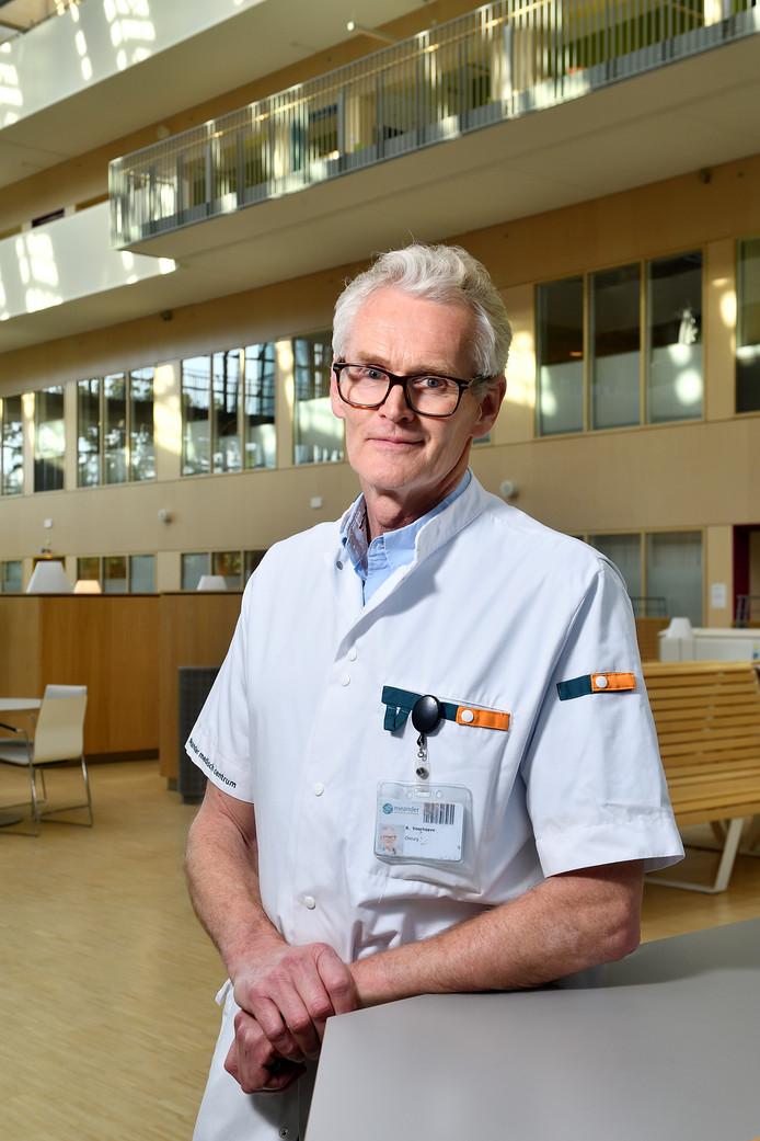 Chirurg Roeland Voorhoeve heeft gistermiddag afscheid genomen van het Meander Medisch Centrum met een symposium over de wereldwijde bereikbaarheid van chirurgie.