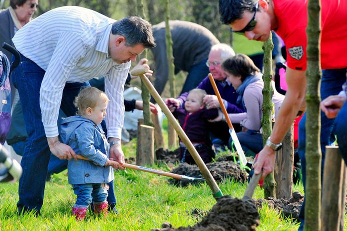 Alle hulp was welkom bij het planten van de bomen in het geboortebos in Tilburg. Breda denkt aan een herinneringenbos.