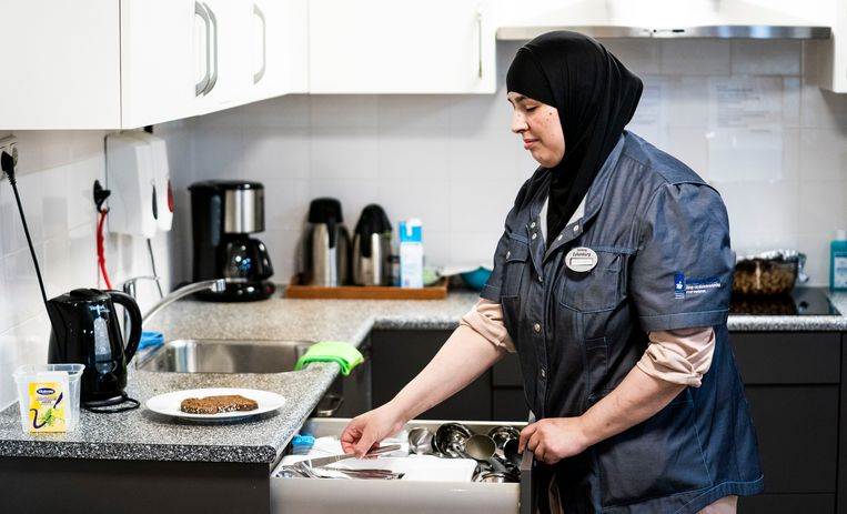 Zoulikha Zerouali aan het werk  als huiskamerbegeleider in verpleeghuis Het Zamen in Den Haag.  Beeld Freek van den Bergh / de Volkskrant