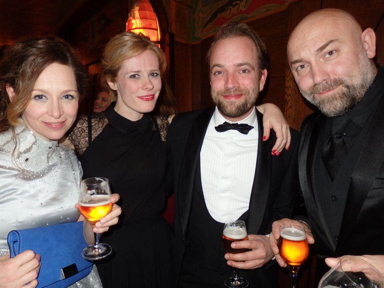 Ilse Heus (partner van Loek Peters), Christine de Boer (Yentle en De Boer), Jurjen van Loon (RTV-NH) en acteur Loek Peters. Van Loon: 'Schuim? Doodeng.' Beeld -