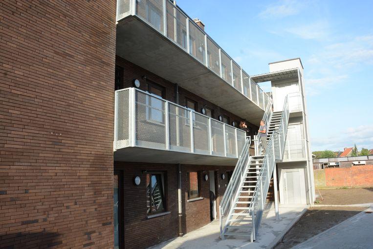 Achteraan is een open passerelle maar ook een lift waarmee elke verdieping bereikbaar is.
