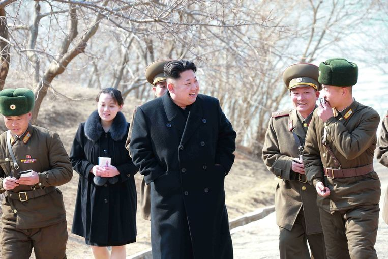 Yo-jong te zien op een foto tijdens een militaire tour op een eiland aan de Noord-Koreaanse kust in maart 2015. Beeld epa