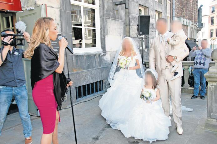 Glennis Grace zingt in 2013 op het bordes van het Bossche Stadhuis het bruidspaar toe. (Foto Bastionoranje.nl)
