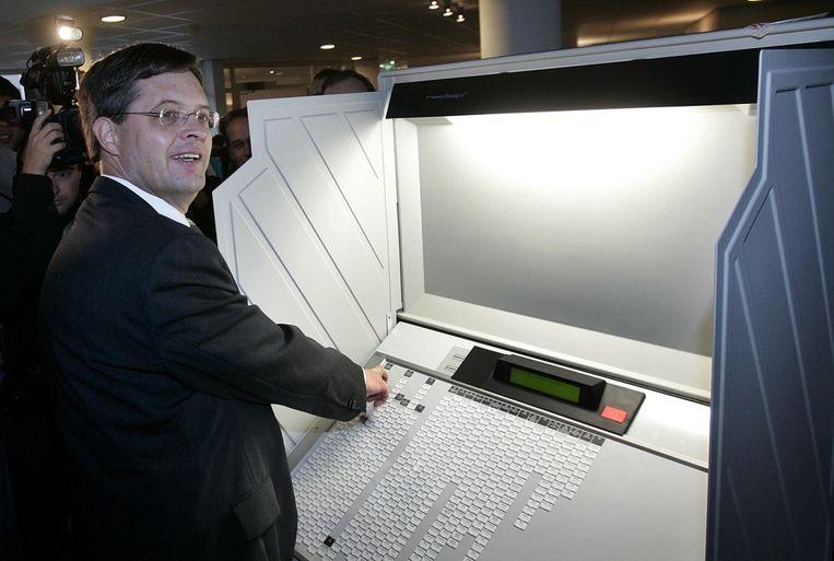 Oud-minister-president Jan Peter Balkenende brengt in zijn woonplaats Capelle aan den IJssel zijn stem uit voor de Tweede Kamerverkiezingen in 2006. Beeld anp