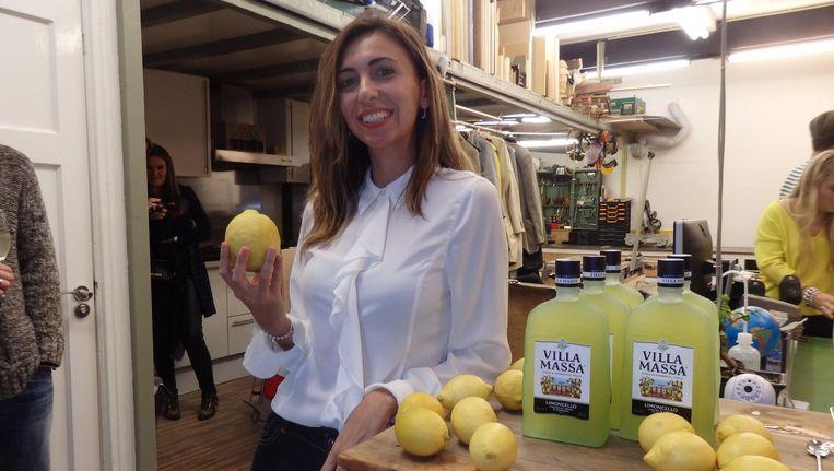 Sara Massa, limoncellotelg, met een Sorrentocitroen van de Villa Massa Limoncello. 'It is very powerful.' Beeld Schuim