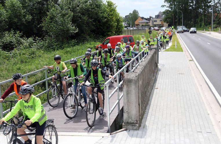 Scholieren en senioren fietsten het nieuwe fietspad in.