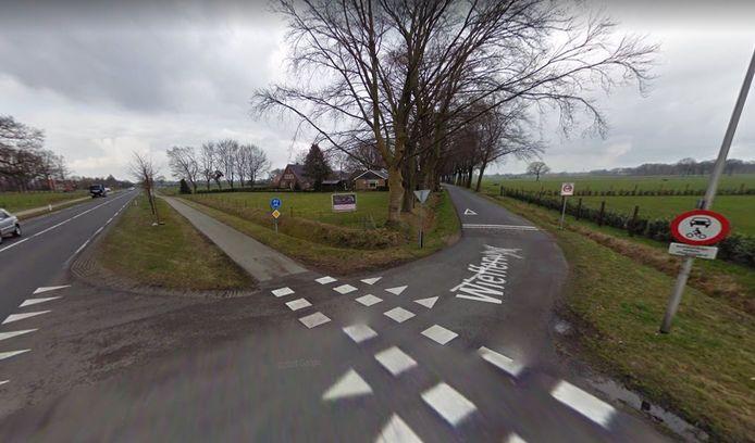 De Wiefferweg bij Deurningen wordt zo snel mogelijk afgesloten voor autoverkeer.