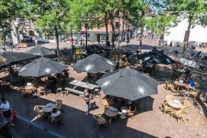 Het zomerterras van café LazyLouis op de Varkensmarkt.