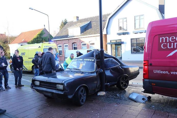 De auto kwam tot stilstand tegen de paal
