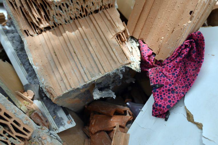 Kinderkleding in het geëxplodeerde huis.