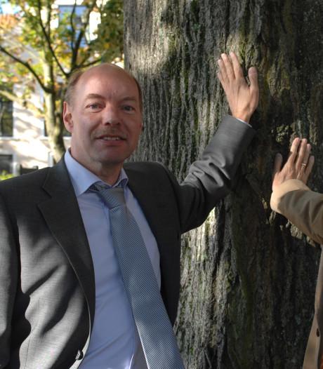 Gebroeders Anker nemen eerste exemplaar dichtbundel Pedro Willems in ontvangst