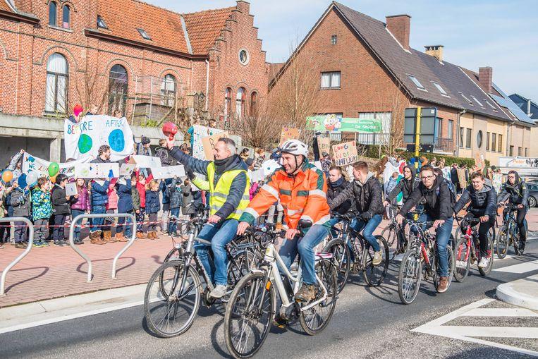De fietsers begroeten de Zottegemse scholieren, die ook aandacht vragen voor het klimaat.