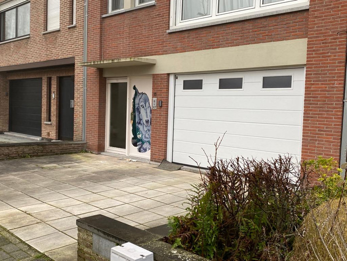 De politie viel onder andere binnen in deze woning langs de Rozenstraat in Assebroek.