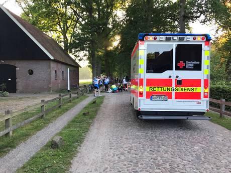 Valpartij groep wielrenners in Denekamp: 2 gewonden