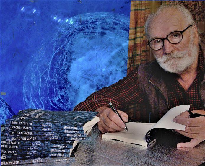 Johan Sinke signeert zijn nieuwe boek 'Bevroren water'.