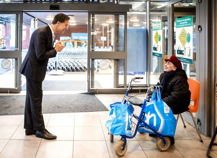Het kabinet onder aanvoering van premier Mark Rutte stelde de zogeheten ouderenuurtjes verplicht in supermarkten, maar er wordt tot nu toe amper gebruik van gemaakt.