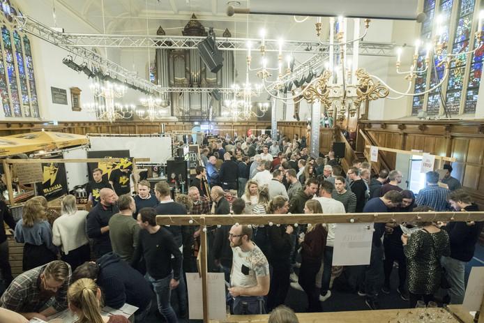 De Grote Kerk was weer het decor van het Winterbierfestival. Dat was al in november uitverkocht.