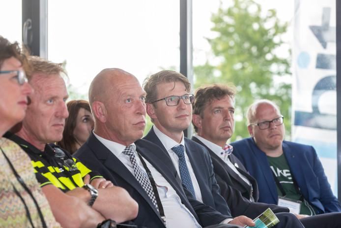 Minister Sander Dekker voor Rechtsbescherming (derde van rechts) in Ede tijdens een informatieavond tegen georganiseerde criminaliteit.